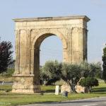 El arco romano de Roda de Berà, uno de los pocos testigos que quedan de la Vía Augusta